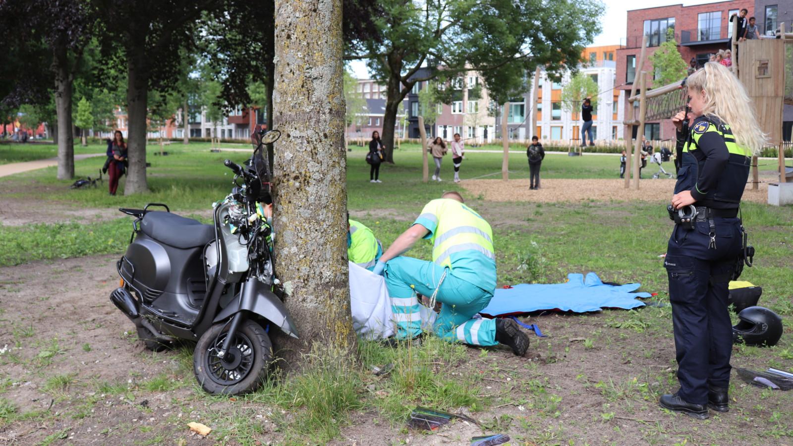 Duo op scooter gewond na botsing met boom in Noord.