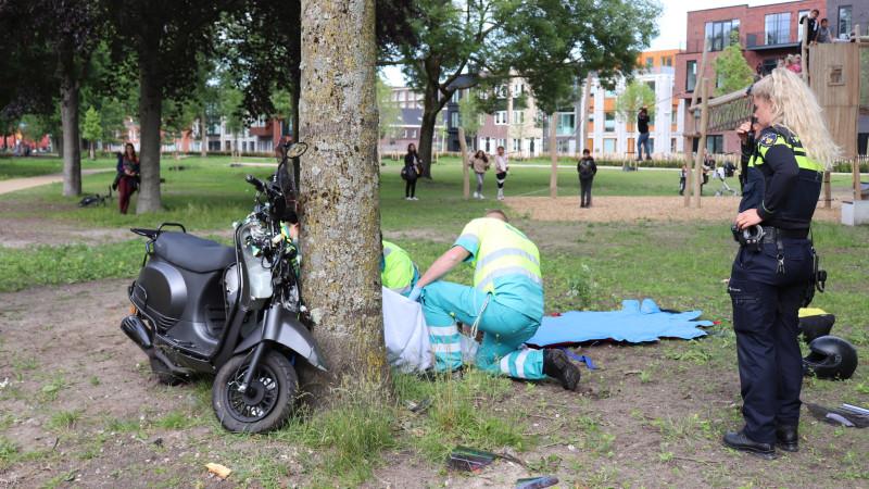 Duo op scooter gewond bij eenzijdig ongeval in Noord