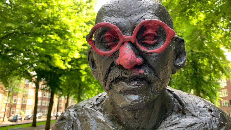Beeld van Mahatma Gandhi op de Churchilllaan besmeurd